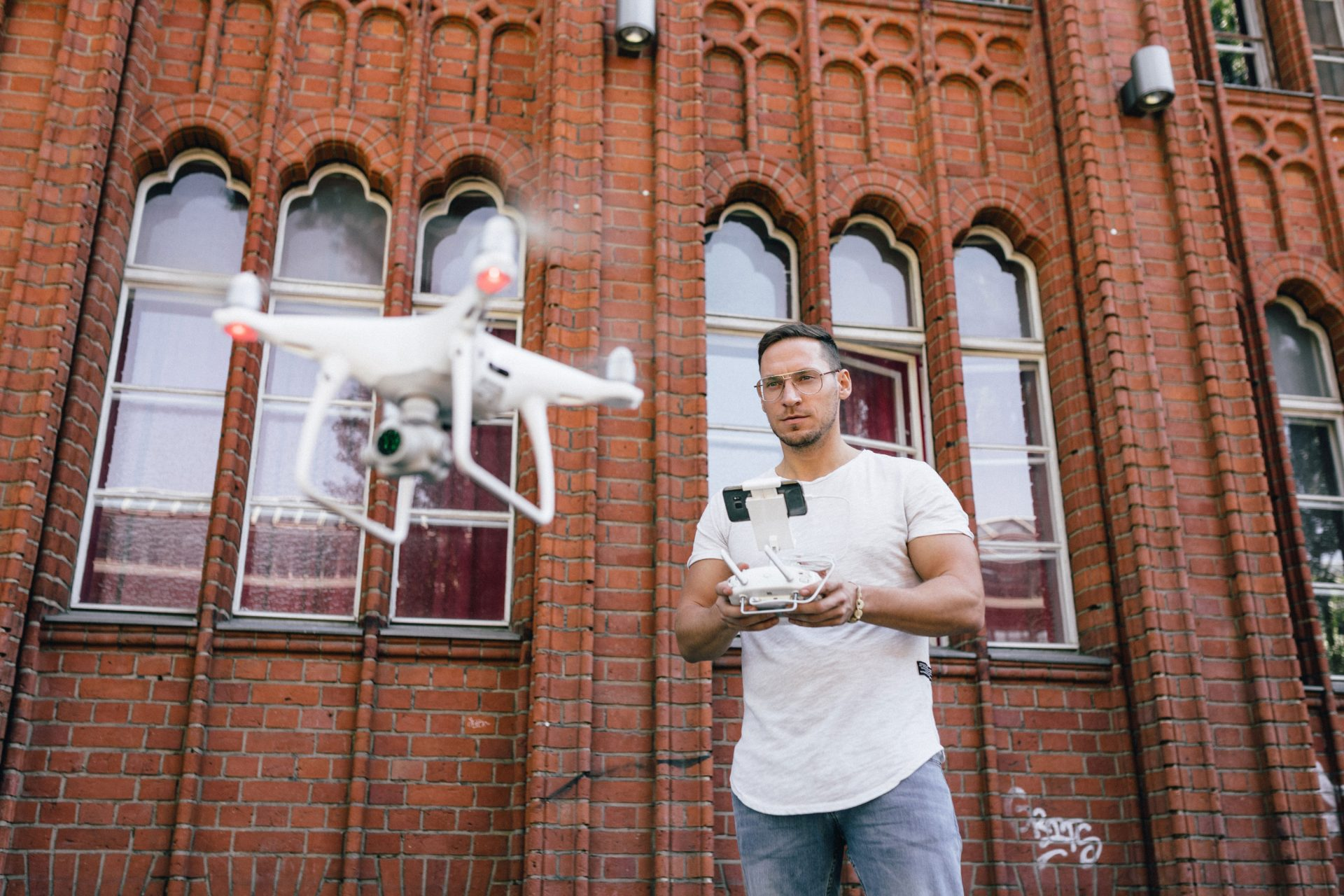 Immobilienfotograf mit Drohne