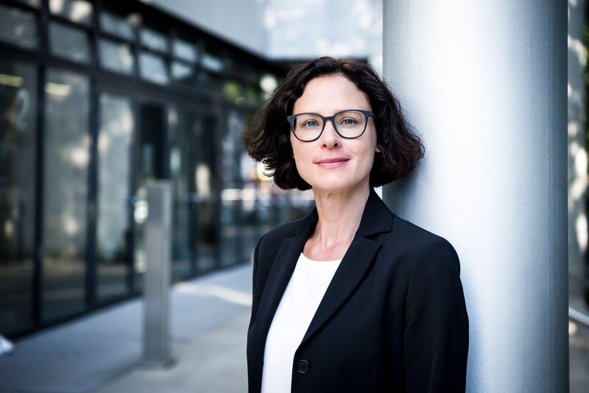 Business-Portrait einer Frau von unserer Fotografin in Karlsruhe ©Offenblende / Chiara CHBE