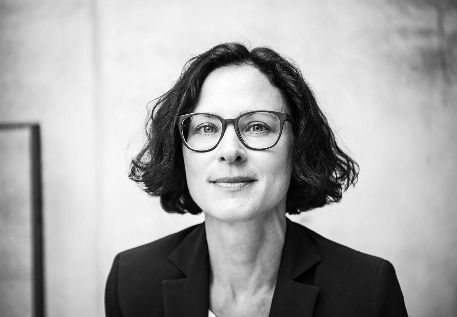 Business-Portrait einer Frau in schwarz-weiß von unserer Fotografin in Karlsruhe ©Offenblende / Chiara CHBE