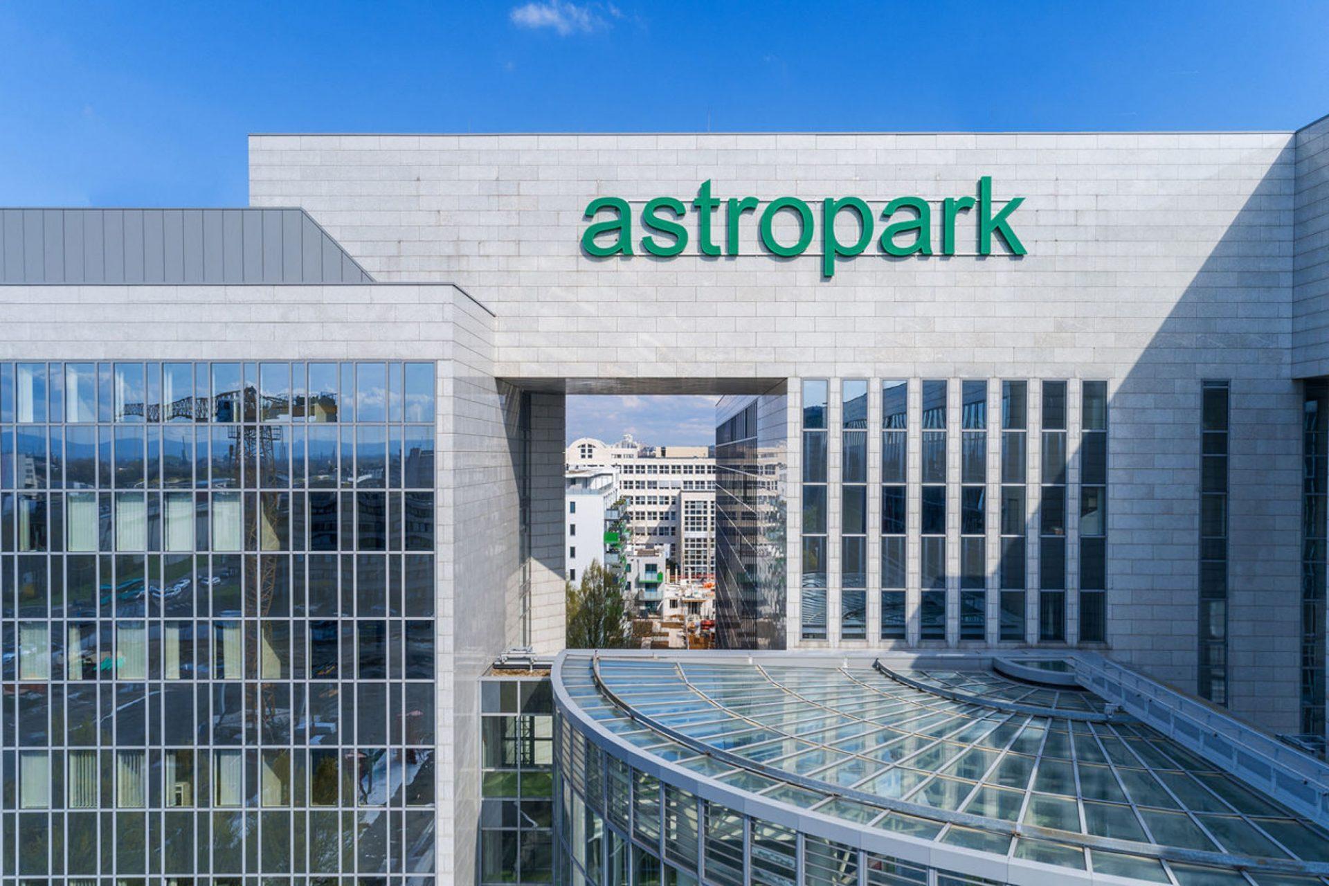 Drohnenpilot für Fotos von Firmengebäude ©Offenblende / Christian CHSO