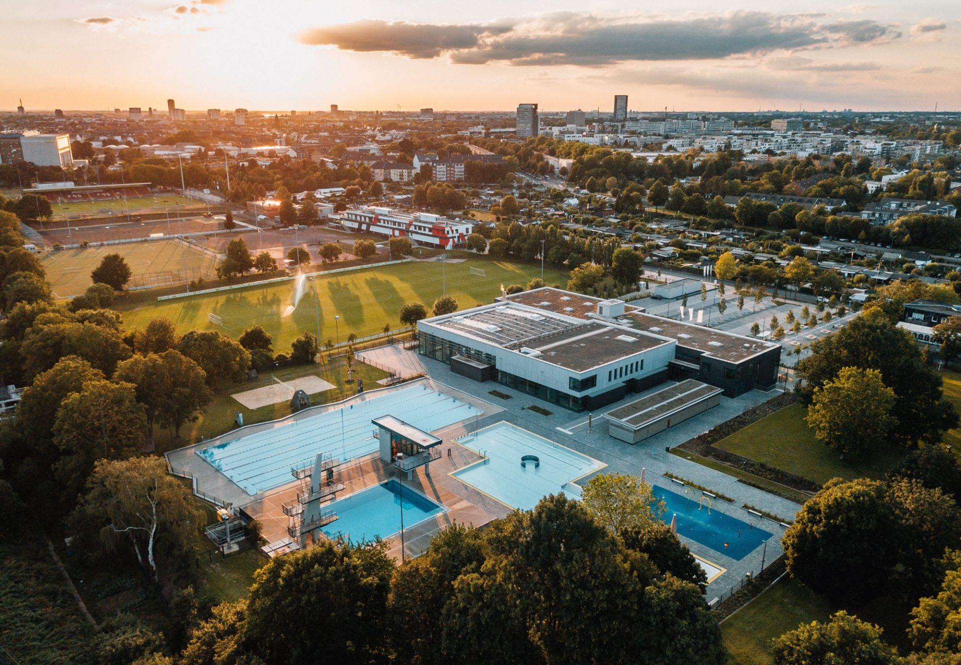 Fotograf mit Drohne in Köln © Offenblende / Joshua JAH
