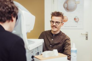 Fotograf für Optiker: Beratungssituation ©Offenblende / Joshua