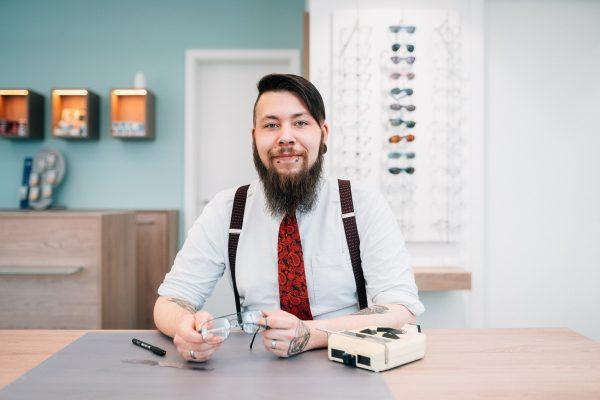 Mitarbeiterportrait für Optiker Fachgeschäft ©Offenblende / Joshua