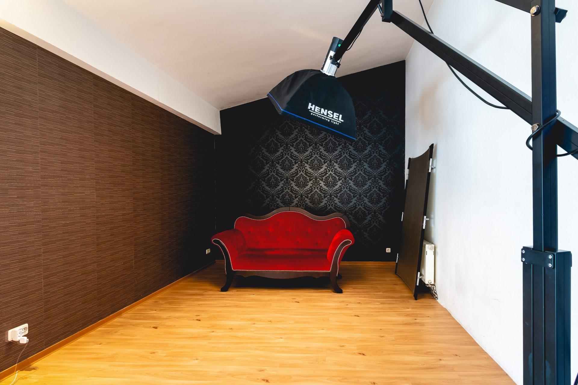 Rotes Sofa im Fotostudio in Dresden für Beauty, Fashion und Portraits ©Offenblende / Toni TKR