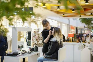 Makeup-Station im Shopping-Center