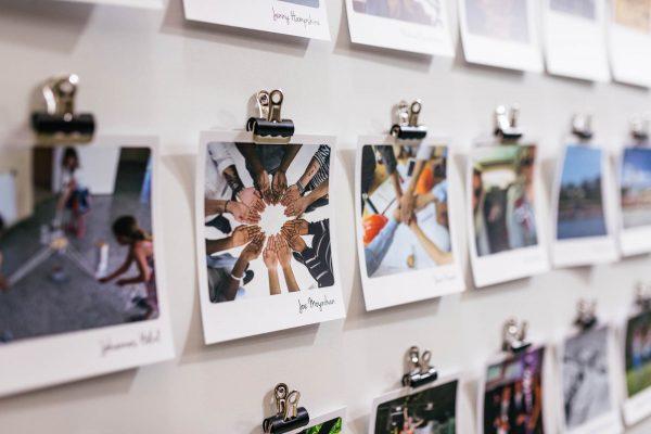 Polaroid Fotowand mit gedruckten Fotos